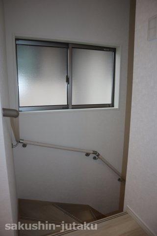 階段室には大きな窓があり明るい空間になっております。