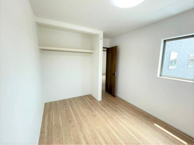 8.2帖の広々主寝室。ウォークインクロゼット付きで空間を無駄なく使うことができます♪