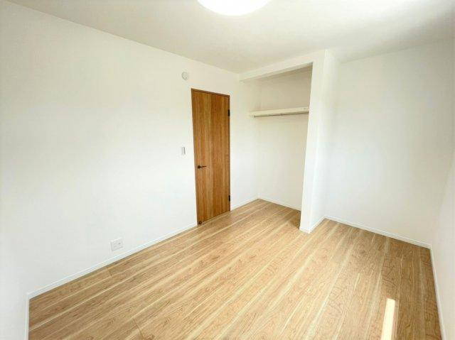2F洋室。全居室に標準装備でLEDライトとカーテンが付きます♪
