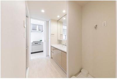 玄関から洗面室が近く、更にキッチンまでがウォークスルー。帰宅後すぐに手洗いができ、買い物帰りの荷運びもスムーズです。