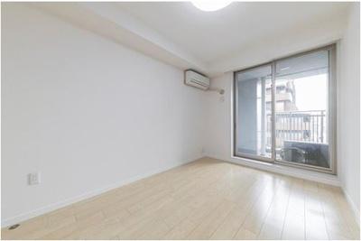 【約6.2帖の洋室】東面バルコニーに面したお部屋です。クローゼットが備えられており、お部屋を広々とお使いいただけます。