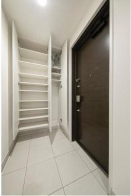 大容量のシューズボックスは、靴のほか傘やシューケア用品などもたっぷり収納できます。玄関先からは室内の様子が見えにくい設計で、プライバシーにも配慮されています。
