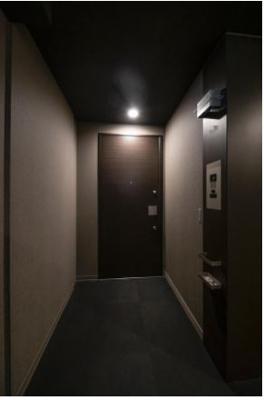 玄関前にはアルコーブが設けられており、住まいの独立性、プライバシー性を高めます。共用廊下はホテルライクな内廊下仕様です。