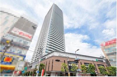 3路線利用可能な「天神橋筋六丁目」駅直結のタワーマンション!敷地内には「阪急オアシス天六店」や「りそな銀行天六支店」などがございます。
