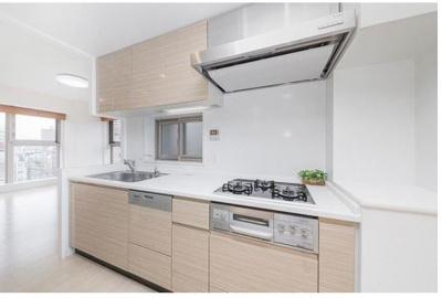 換気用の窓を設けたキッチンは、リビングとの一体感を持たせつつも独立性の高い配置で、生活感が出過ぎません。ディスポーザーや食洗機を搭載した機能的なシステムキッチンです。