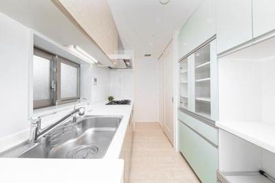 キッチン背面には食器や調理家電などをたっぷり収納できるカップボードが設置されております。