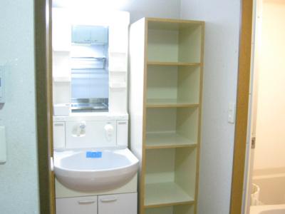 玄関横は洗濯機置き場スペースです