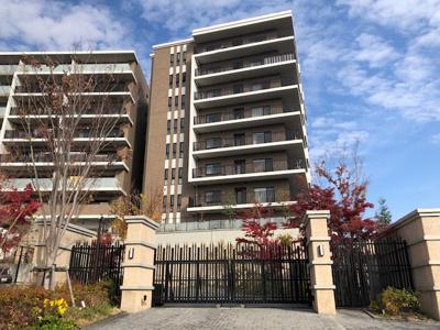 車のゲートからブリリアシティA棟を撮影した写真です。