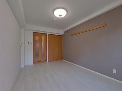 壁の1面は、アクセントクロスを使用。白基調のお部屋にアクセントが映えます。