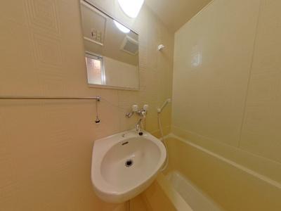 洗面付ユニットバスです。給湯器リモコンで温度設定をしてご使用ください。
