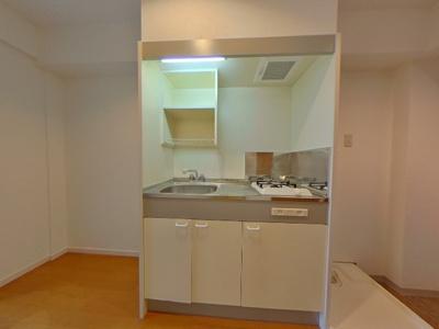 1口ガスコンロが付いたミニキッチンです。冷蔵庫や収納ボックスを置くスペースがあります。
