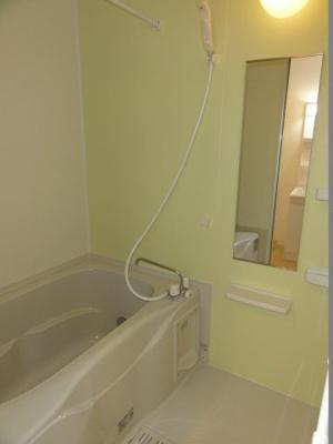 追い焚き機能と浴室乾燥機付きのお風呂です。