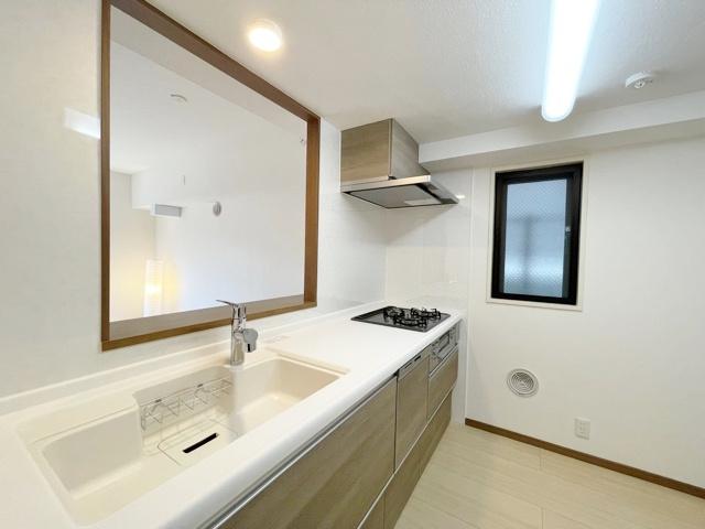 キッチンも新規交換につき快適です 人気の対面キッチンには食器洗乾燥機が装備しています