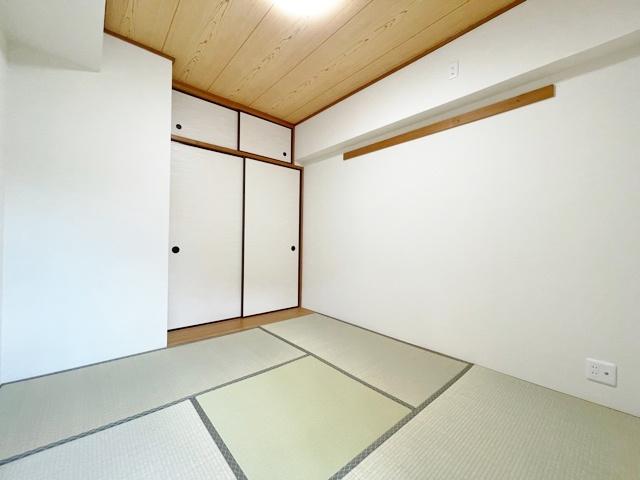 リビング続き間の4.8帖の和室 押入れがあるので布団の収納にも便利です