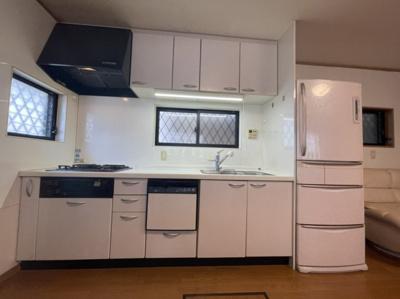 キッチンは窓付きのシステムキッチンです☆収納豊富で2面窓付き