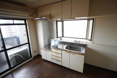 収納スペースたっぷりのキッチン