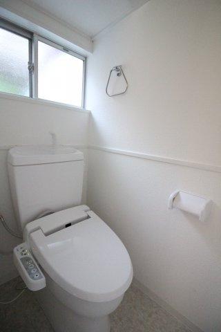 白を基調とした清潔感のあるトイレ♪