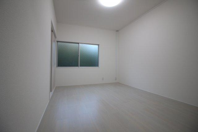 大きな窓から光が入る明るい居室スペース♪