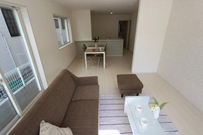 おしゃれな居間です:建物完成しました♪♪毎週末オープンハウス開催♪八潮新築ナビで検索♪