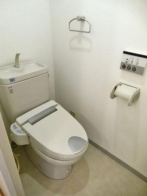 リモコン付温水洗浄便座付きトイレです