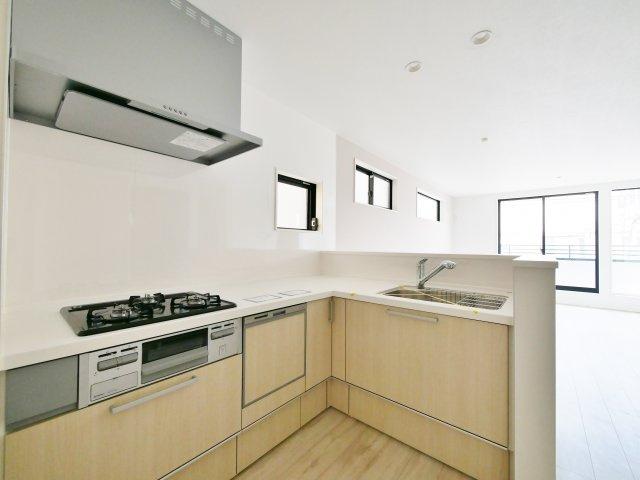 人気の対面キッチン 家事動線に優れたL型キッチンです 食器洗乾燥機が標準装備です(1号棟)