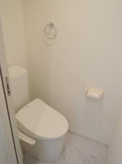 温水洗浄便座。広さも確保されております。
