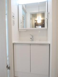 ワイドな鏡付、独立洗面台。収納もしっかり付いてます。(下部)