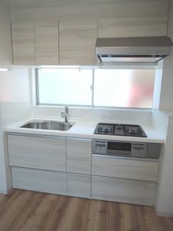 新規システムキッチン交換。使い勝手のよう流しに、3口ガスコンロ。上下に収納がありコンパクトに利用できそうです。