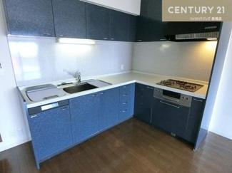 目を引く鮮やかなカラーのキッチンです。 食洗機付のL字型キッチンは使い勝手もよく、お料理も楽しくできそうですね。