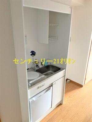 小型冷蔵庫付きのコンパクトキッチンです
