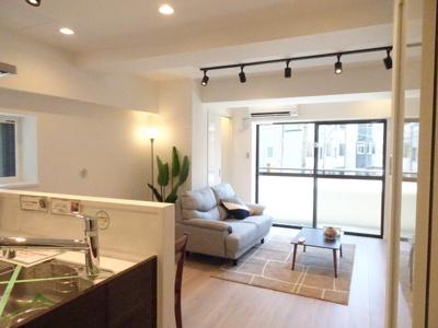 明るく開放的な空間が広がるLDK。室内には豊かな陽光が注ぎ込み、爽やかな住空間を演出。角部屋ならではですね♪