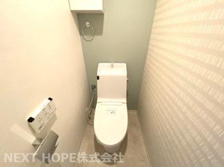 新品のトイレです♪温水洗浄便座です!クロスもお洒落ですね(^^)