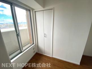 洋室4帖です♪クローゼットも設けられており、室内を有効に使用していただけます(^^)玄関から一番近い居室です!在宅ワークのお部屋としてもいいですね♪