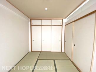 和室6帖です♪フスマをオープンにしていただくと隣接するリビングからの広がる空間を確保できますね(^^)ぜひ現地でご確認ください♪お気軽にネクストホープ不動産販売までお問い合わせを!!