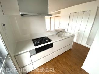 新品のシステムキッチンです♪白色を基調とした洗練されたキッチンでお料理も楽しくなりますね(^^)キッチンからリビングを見渡せるのでお料理しながらお子様の様子も見守れます♪