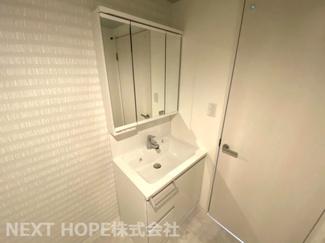 新品の洗面化粧台です♪シャワー水栓で使い勝手もいいですね(^^)鏡は三面鏡です!鏡の後ろは小物収納になっております♪