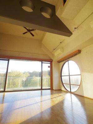 【参考写真】窓が多く天井も高いので開放感たっぷり