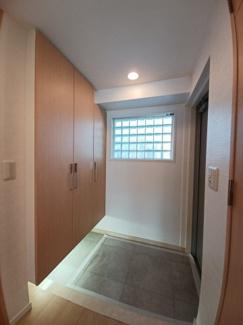 ファーストシーン津田沼 窓が設置されており、明るい玄関です!