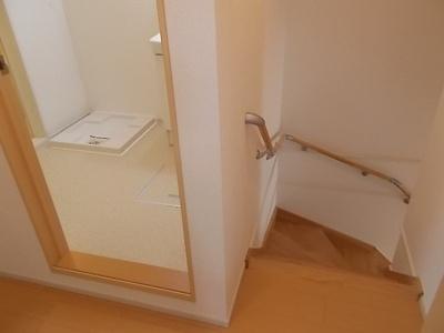 手すり付きの階段で昇り降りも安心。