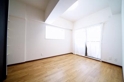 約5.0帖の洋室です。2面採光で陽ざしがたくさん入るお部屋です。