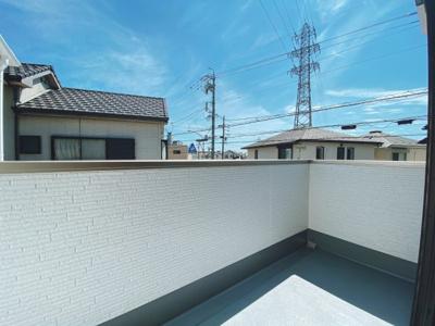 閑静な住宅街が見渡せるバルコニーは陽当たりも良好です 洗濯物もたくさん干せるインナーバルコニーです