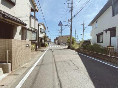 閑静な住宅街です。接道は南西側6.4mです。