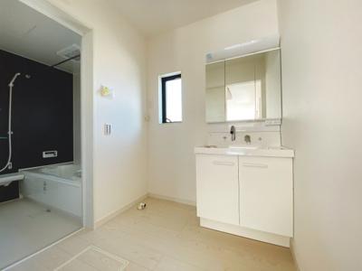 身だしなみを整える洗面所は、いつも清潔にしておきたい場所♪三面鏡タイプの洗面台は収納力も優れ快適な洗面室をキープ♪