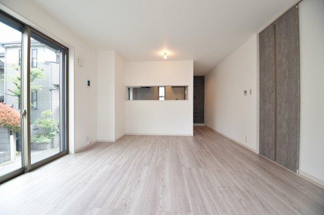 3面採光床暖房付きで、家族の憩いの空間を演出致します。(リビング施工例写真)