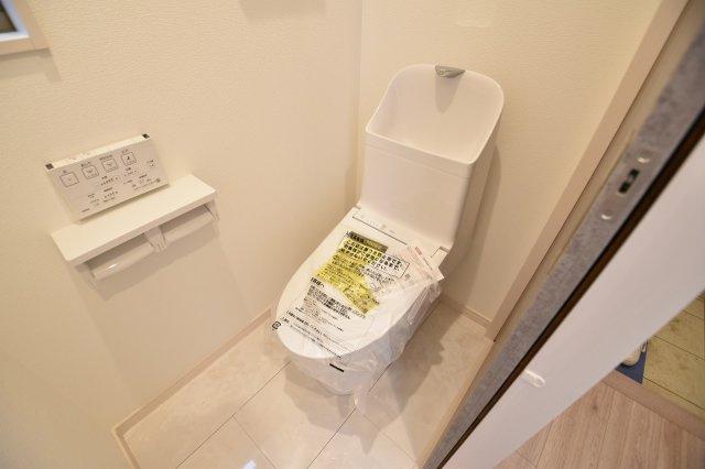 毎日使う場所なので快適に。掃除しやすい溝が少ない便器や暖房便座など機能性も充実。(トイレ施工例写真)