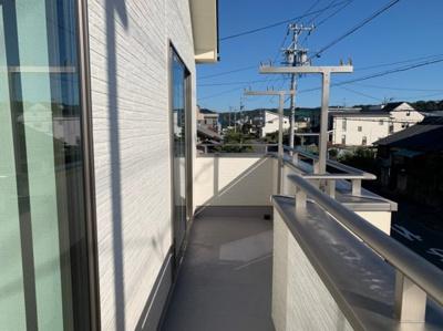 (同仕様写真)南側バルコニーは日当たりも良く、洗濯物もしっかり乾きそうですね。奥様の家事も捗りますね。