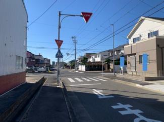 西側10m、南側10mの公道に接道しています。見通し良好な道路です