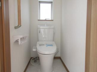 【同社施工事例写真】1、2階共に高機能トイレ採用しています。便利な壁面収納も設け、窓も完備なトイレ空間はいつも快適です