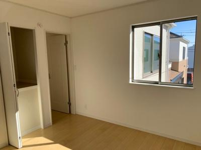 (同仕様写真)全居室2面採光で日当たり・風通し良好。プライベート空間は2Fに3部屋確保。シンプルな色合いなのでお好みの居室を演出するのも楽しみの一つですね!