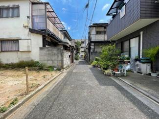 ご近所の方以外に通行のない道路、静かな住宅街です。